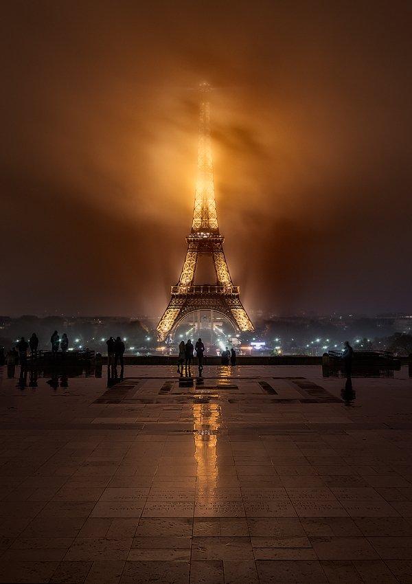 Noche Nublada en la Torre Eiffel