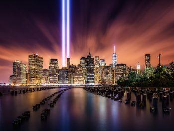 NY de noche con los dos haces de luz donde estuvieron las torres - color