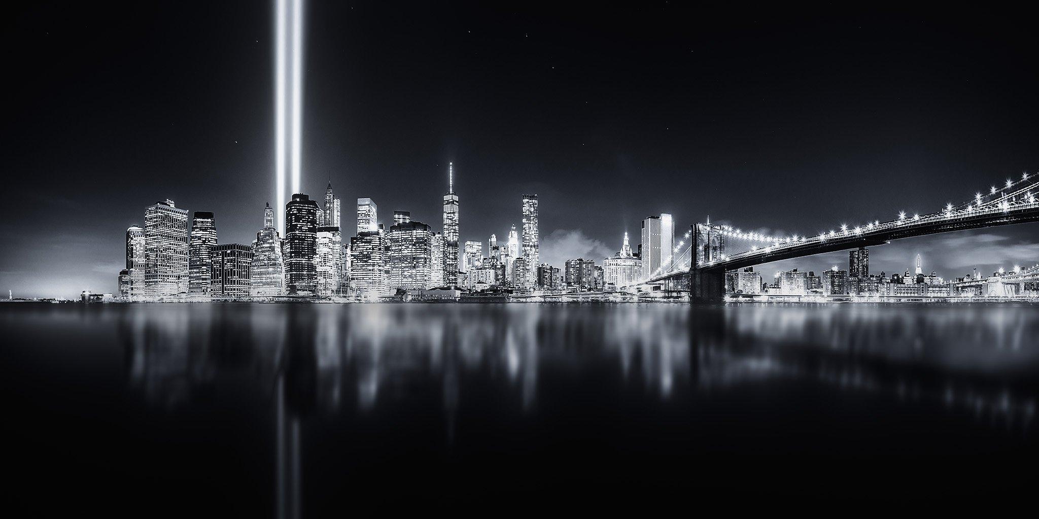 NY de noche con los dos haces de luz donde estuvieron las torres